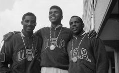 Muhammad Ali junto a Wilbert McClure y Eddie Crook Jr., medallistas de oro en las Olimpiadas de 1960 en Roma.