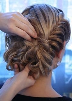 Fishtail braid updo step-by-step instructions (in Spanish). Use this technique to make messier, more natural version (as seen at: http://whimsicalwonderlandweddings.com/2011/10/first-city-events.html)
