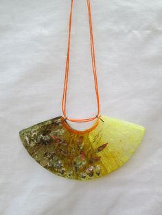 Collar para el cuello hecho a mano con CD reciclado y con aplicaciones de semillas...$4.000 Fused Glass Ornaments, Fused Glass Jewelry, Glass Pendants, Recycled Cds, Cd Crafts, Cd Art, Fiber Art, Jewelry Art, Glass Art