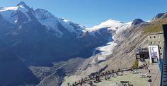 Heute befinden sich auf der Kaiser Franz Josefs Höhe das neue Parkhaus, ein Besucherzentrum mit interessanten und abwechslungsreichen Ausstellungen, die Aussichtswarte und natürlich Gastronomie. Von hier aus eröffnen sich einzigartige Ausblicke auf den schneebedeckten Großglockner, die 9 km lange Gletscherzunge Pasterze und den Johannisberg. Kaiser Franz Josef, Mount Everest, Mountains, Nature, Travel, Fine Dining, Salzburg Austria, Exhibitions, Mountaineering