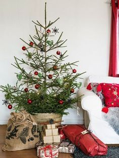 32 Popular Minimalist Winter Decor Ideas You Should Try Black Christmas Trees, Noel Christmas, Merry Little Christmas, Holiday Tree, Primitive Christmas, Country Christmas, Simple Christmas, Winter Christmas, All Things Christmas