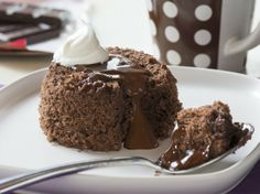 For a dessert that's restaurant-good and slow-cooker easy, try this home-cooked take on lava cake. Let your slow cooker transform Betty Crocker SuperMoist triple chocolate fudge cake mix, pudding mix and chocolate chips into an impressively rich dessert. Mug Recipes, Cake Recipes, Dessert Recipes, Recipies, Delicious Recipes, Betty Crocker, Stone Wave Recipes, Chocolate Lava Cake, Divine Chocolate