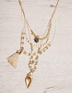 White and Gold Crystals Necklace Μακρύ κολιέ με κρυσταλλάκια σε αποχρώσεις του λευκού και του χρυσού, λευκή φουντίτσα και χρυσό φύλλο στο τελείωμα του. 9,00 €