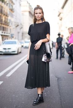 (paid link) what to wear with suede boots. --Check this useful article by going to the link at the image. Black Chelsea Boots Outfit, All Black Outfit, Black Outfits, Spring Fashion, Girl Fashion, Fashion Looks, Looks Com Short, Headband Styles, Skinny