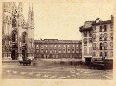 Piazza Duomo, fotografia all'albumina della ditta Deroche-Heyland, databile verso il 1870. Si vede il vecchio isolato del Rebecchino (sarà demolito nel 1875) e uno degli Omnibus a cavalli della SAO, in esercizio dal 1862.