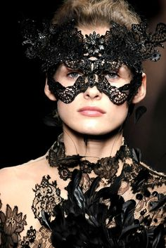 fashion: valentino autumn 2009 lace mask: philip treacy ( the milliner) for valentino. Couture Fashion, Fashion Art, Fashion Models, Fashion Show, High Fashion, Runway Fashion, Very Valentino, Valentino Couture, Masquerade Party