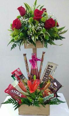 New Basket Flower Gift Ideas Candy Arrangements, Flower Arrangements Simple, Balloon Flowers, Chocolate Bouquet, Candy Bouquet, Edible Gifts, Basket Decoration, Valentine Crafts, Valentines