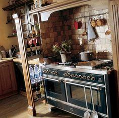 Cucina all\'interno di una casa contadina con anziana donna seduta ...