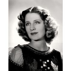 Elegant Waves: The Best Hairstyles 1936 Norma Shearer. Hair became a little longer, but still 1940s Hairstyles, Short Hairstyles For Women, Cool Hairstyles, Elegant Hairstyles, Norma Shearer, Old Hollywood Glamour, Hollywood Stars, Classic Hollywood, Hollywood Icons