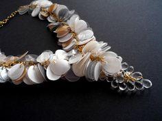 Colar de jóias declaração Upcycled em ouro e pérolas brancas feito de garrafas plásticas recicladas e contas de vidro