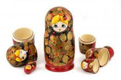 Muñecas rusas (matrioskas o babushkas) aisladas sobre fondo blanco Foto de archivo