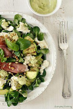 Salad with lamb's lettuce, avocado, zucchini and mozzarella.