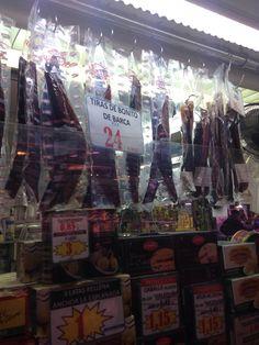 Esta imagen muestra los varios salazones. Esta tienda era mi favorita porque vi que muchos productos que se venden aquí son cosas que me gustan comer, como las olivas y pescados deshidratados, por ejemplo.