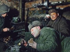 Солдаты в землянке во время обеда