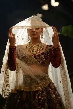 bridal jewelry for the radiant bride Indian Bridal Outfits, Indian Bridal Lehenga, Indian Bridal Wear, Indian Dresses, Bridal Dresses, Indiana, Designer Bridal Lehenga, Do It Yourself Wedding, Desi Clothes