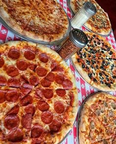 Image shared by I ωοηdεr εїз. Find images and videos about food, yummy and delicious on We Heart It - the app to get lost in what you love. Think Food, I Love Food, Good Food, Yummy Food, Comida Pizza, Pizza Food, Sleepover Food, Junk Food Snacks, Food Platters