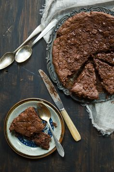 Torta di briciole Non si possono buttare via le briciole sia che siano del pane affettato sul tagliere sia che siano dei biscotti sbriciolati sul fondo della scatola. Ci vuole un po' di tempo per ottenere la quantit...
