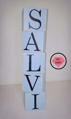 Cubos Vintage de madera LETRAS NOMBRES *Medidas: 7 x 7 x 7 cm aprox. *Pintados y barnizados con LACA *Color de fondo a elección. Las más pedidas: HOME / LOVE / LIVE / MUSIC / HOPE / AMOR & PAZ / VIVE FELIZ / WELCOME  * Nombres * Palabras personalizadas. Ideales para: *Deco hogar *Palabras positivas *Nombres de parejas *Iniciales *Nombres infantiles *Cumpleaños *Souvenirs *Mesas de Candy *Centros de mesa. Mente Diamante. #Nombres #Vintage #Madera #Niños #CandyBar #Cubos #Cumpleaños #Letras