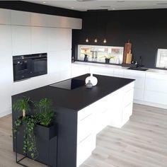 40 veces he visto estas grandes cocinas negras. Wood Floor Kitchen, Kitchen Flooring, Kitchen Interior, Kitchen Decor, Küchen Design, House Design, Interior Design Presentation, Kitchen Living, Home Living