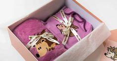 Babaváró csomagjaink kis szériában készülnek. Ezt a kollekciót az erdei állatok ihlették, a kislányoknak a sünit választottuk álomhozó kisállatnak. Az alapszín a klasszikus babaruha színekhez közel áll, ám a rózsaszín helyett egy különlegesebb árnyalat, a mályva kapott főszerepet. Lany, Gift Wrapping, Gifts, Paper Wrapping, Presents, Wrapping Gifts, Favors, Gift Packaging, Present Wrapping