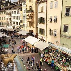 """Anche nel centro storico di #Bolzano quasi ogni giorno si può comprare frutta e verdura fresca oltre al pollame: piazza delle Erbe dal lontano 1295 è infatti un luogo di mercato dove chiacchierare ed acquistare i prodotti locali. Al centro della piazza si trova la Fontana di Nettuno chiamata """"oste con la forchetta"""" dai bolzanini per via del tridente retto da Nettuno.  In questi giorni @igerstrentino ha l'opportunità di raccontare il territorio del Trentino Alto Adige le sue città e le sue…"""