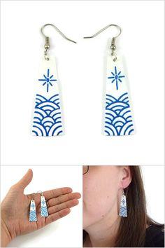 Boucles d'oreille japonisantes trapèzes blancs avec vagues et soleil stylisés bleus métallisés - Bijoux fantaisie réalisés sur commande par @savousepate à partir de plastique recyclé (CD) - Idée cadeau femme