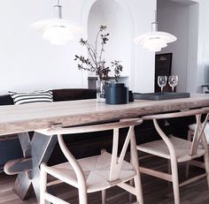 Not those awful pendants, but everything else. Yellow Cabinets, Kitchen Table Makeover, Moraira, Nordic Home, Interior Decorating, Interior Design, Scandinavian Living, Rustic Table, Diner Decor