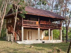 Cabañas, chalets casas de playa pequeñas Modern Tropical House, Tropical House Design, Tropical Houses, Hut House, Tiny House Cabin, Rural House, House In The Woods, Small Rustic House, Filipino House