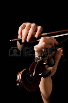 Manos femeninas tocar el viol n en negro Foto de archivo