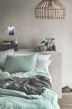Ein Bett ohne Kopfende ruft nach einem reizenden Regal. Gibt es einen besseren Platz für hübsche Dinge?