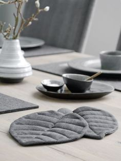 """DIY Blatt-Untersetzer aus Leinen nähen – mxliving""""> DIY Sewing sheet coasters made of linen – mxliving part of the picture we offer you when you read this picture is exactly the features you are looking for you can see. In the picture DIY Easy Sewing Projects, Sewing Projects For Beginners, Sewing Tips, Sewing Tutorials, Sewing Hacks, Sewing Patterns Free, Free Sewing, Room Decor For Teen Girls, Diy Home Accessories"""