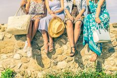 With Memorial Day just right around the corner, it's time to start planning a fun-filled weekend getaway. Take a look at these Memorial Day outfits! Black Top And Jeans, Black Tops, National Friends Day, Girls Day Out Ideas, Outfit Des Tages, Wearing All Black, Colorful Shoes, Girl Day, Weekend Trips