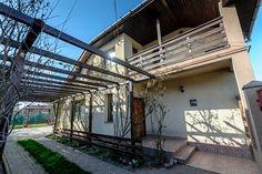 Avem deosebita placere de a va oferii spre achizitie o casa desfasurata pe perter si mansarda, dispusa astfel:  * PARTER - living cu loc de luat masa - bucatarie cu iesire pe terasa - baie cu dus - 2 dormitoare cu geamuri la strada  * MANSARDA: - 3 dormitoare, din care 2 cu balcon - baie cu vana  * SPATII EXTERIOARE: