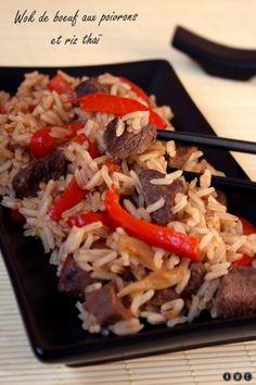 Wok de boeuf aux poivrons et riz thaï         250 g de riz thaï     400 g de bœuf (type rumsteak ou bavette...)     2 poivrons rouge     1 tomate     1 oignon     Sauce soja     Huile de sésame     Sel et poivre
