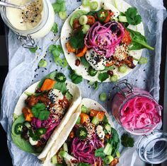 Vegantacos med rökig rostad sötpotatis, sesammajonnäs och en kryddig bön- och cashewröra