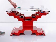 Vernice rossa e vetro trasformano una comune cassetta degli attrezzi in un tavolino fuori dall'ordinario #riciclocreativo #interiordesign