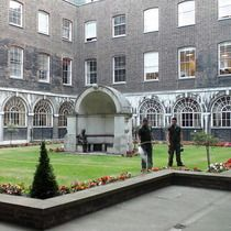 London Bridge alcove & Keats statue at Guy's Hospital (near London Bridge) Guy's Hospital, British Schools, Her Majesty The Queen, London Bridge, School Architecture, Backyard, Statue, Mansions, Guys