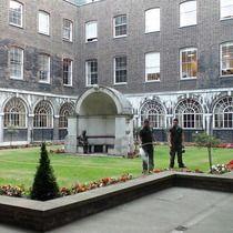 London Bridge alcove & Keats statue at Guy's Hospital (near London Bridge)