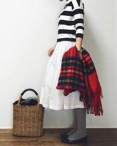 ボーダーにふんわりとした白のスカートを合わせた大人可愛いコーデに大きめのかごバッグを。存在感のあるかごバッグでメリハリを効かせたスタイリングにすると◎。
