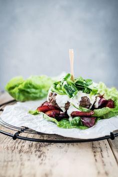 Low-Carb-Burger: Rinderpattie mit geröstetem Wurzelgemüse, Frischkäsesoße und Salat