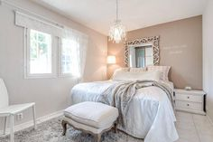 Kauniisti kuvioitu vaalea rullakaihdin sopii täydellisesti maalaisromanttisen makuuhuoneen tyyliin.