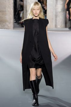 See all the Collection photos from Rick Owens Spring/Summer 2016 Ready-To-Wear now on British Vogue Fashion Week, Runway Fashion, Fashion Show, Dark Fashion, Minimal Fashion, Spring Summer 2016, Spring Summer Fashion, Business Dress, Rick Owens Women