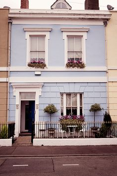 This is like the blue house on Maltman's Hill. It's a house Adam needs to visit. Doctor Who - Asylum of the Daleks Georgian Interiors, Georgian Homes, Exterior Colors, Exterior Paint, House Front, My House, Georgian Architecture, London House, Home And Deco
