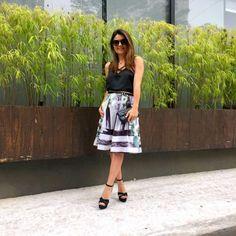 Look Total Carmen Steffens! Blusa com tiras e saia comprimento midi da blogueira Sophia ALckmin