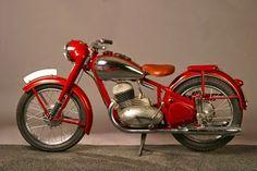 Jawa 250 typ 10, 11 Perak Vintage Cycles, Vintage Cafe, Vintage Bikes, Motorcycle Types, Motorcycle Design, Motorcycle Engine, Antique Motorcycles, Cars And Motorcycles, Custom Motorcycles