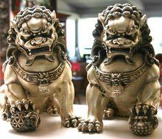 Los Leones de Fu, también Leones de Buda o Leones coreanos (y también conocidos erróneamente[cita requerida] como Perros de Fu), son poderosos animales míticos que tienen su origen en la tradición budista y que, consecuentemente, están bastante difundidos en el lejano Oriente. En la medida en que los chinos emplean el término 'Fo' para referirse a Buda, puede hablarse también de leones de Buda