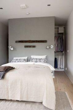 Une tête de lit en cloison de dressing dans une petite chambre