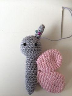 Troetels en zo: Haakpatroon vlinder muziekmobiel Crochet Butterfly Free Pattern, Crochet Diagram, Crochet Patterns Amigurumi, Amigurumi Doll, Crochet Dolls, Free Crochet, Knit Crochet, Crochet Hats, How To Start Knitting
