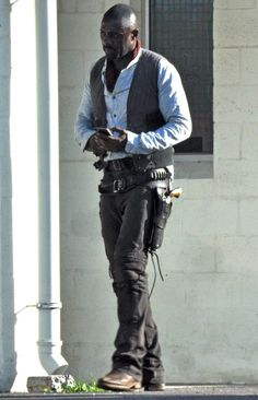 Here's your first look at Idris Elba as the Gunslinger!!!!!!