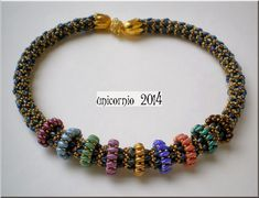 Una espiral de superduos y rocallas y como adorno, unos aros de distintos colores.
